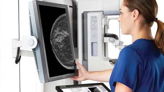 Доктор изучает результраты маммографии молочной железы